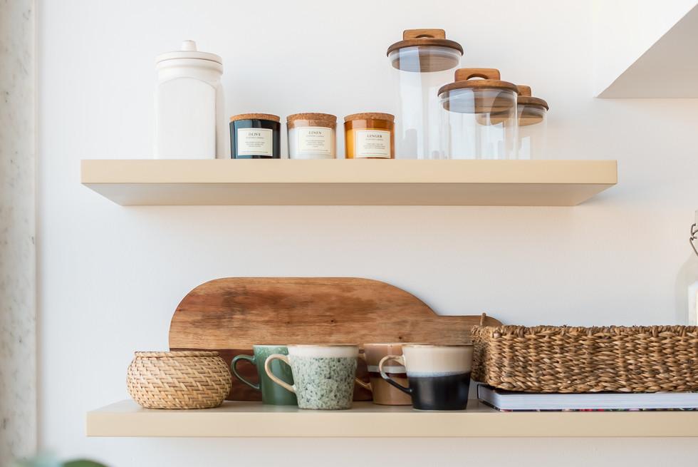 Decoração de prateleiras de cozinha