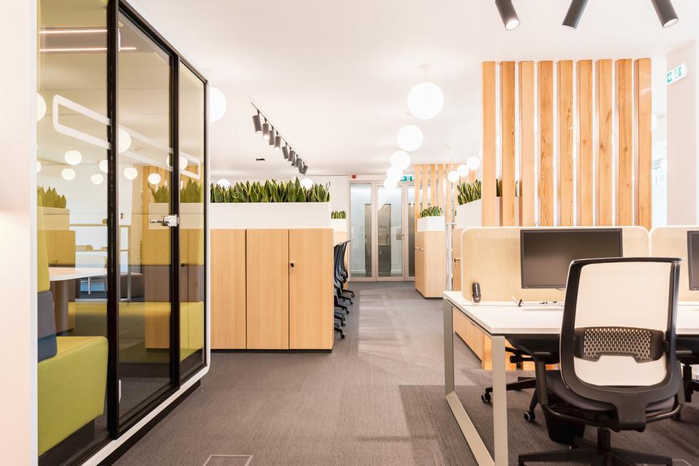 Planos de trabalho com cadeiras e mesas ergonómicas e cabine acústica para pequenas reuniões ou telefonemas