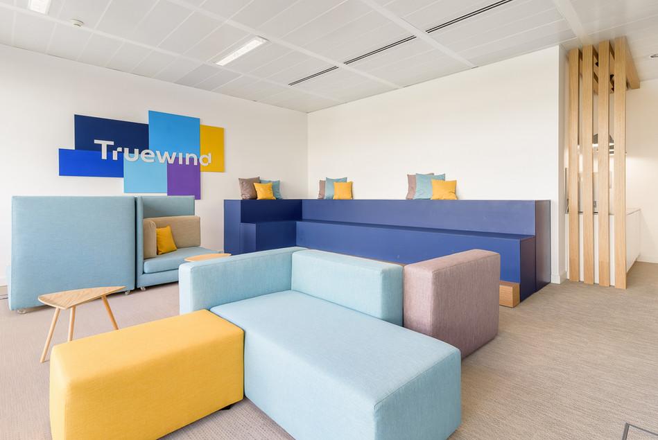 Decoração de escritórios - espaço de lounge e sala de reuniões