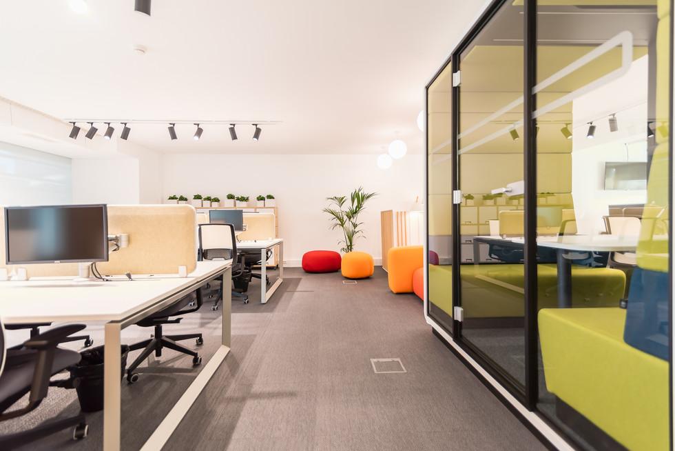 Zona de mesas de trabalho com cabine acústica