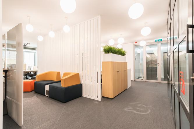 Espaço de flex work e lounge em escritório