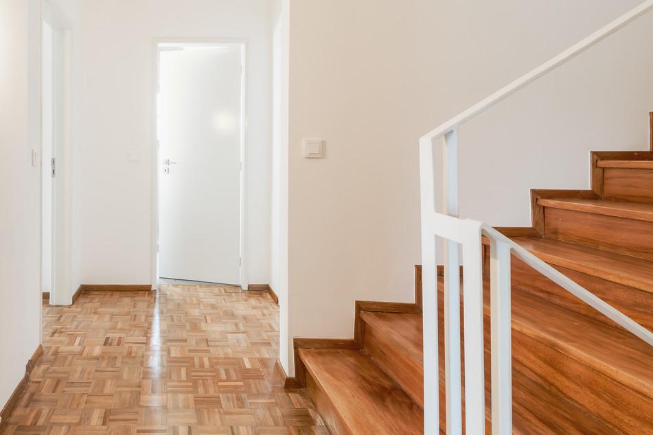 Reabilitação de escadas e corrimão com afagamento do chão