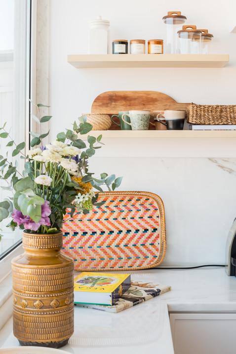 Decoração de bancada de cozinha e prateleiras