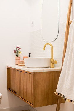 Móvel em madeira para casa de banho feito por medida