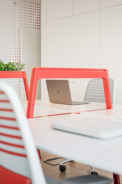 espaço de trabalho com bancada e cadeiras