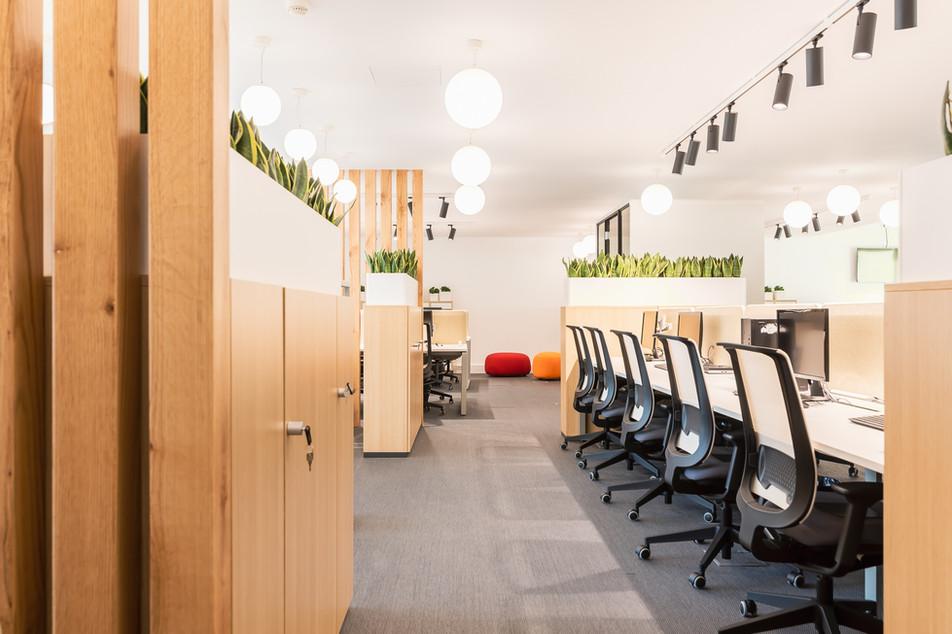 Entrada do piso com mesas de trabalho em ilhas e sala flexwork