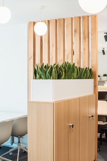 armário de escritório com floreira no topo