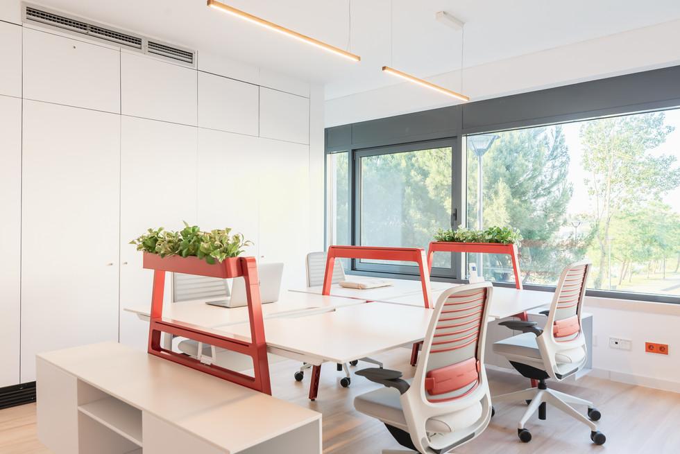Bancada de trabalho e cadeiras de escritório