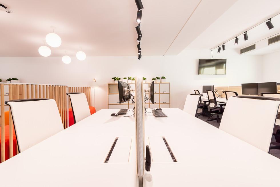 Planos de trabalho com cadeiras e mesas ergonómicas
