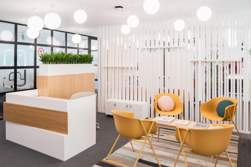 Recepção em escritório com lounge e espera com balcão feito por medida
