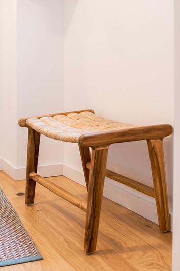 Reabilitação de apartamento em alfama - Banco em rattan e madeira de apoio