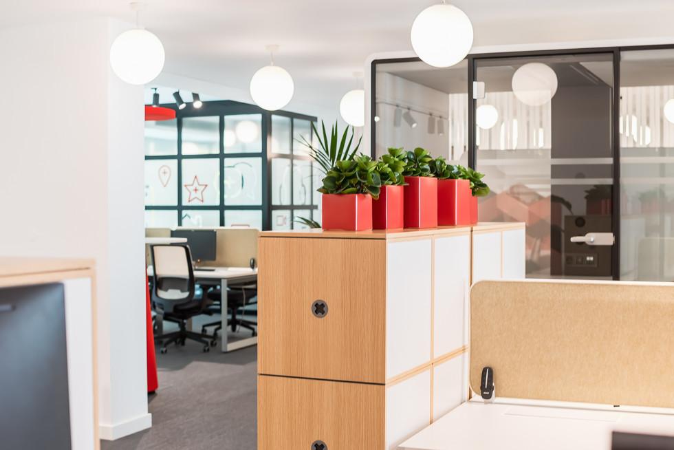 mesas de residentes com armários modulares