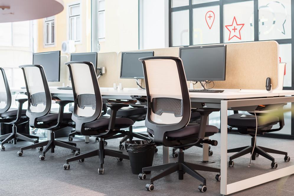 mesas de residentes com mobiliário de escritório ergonómico