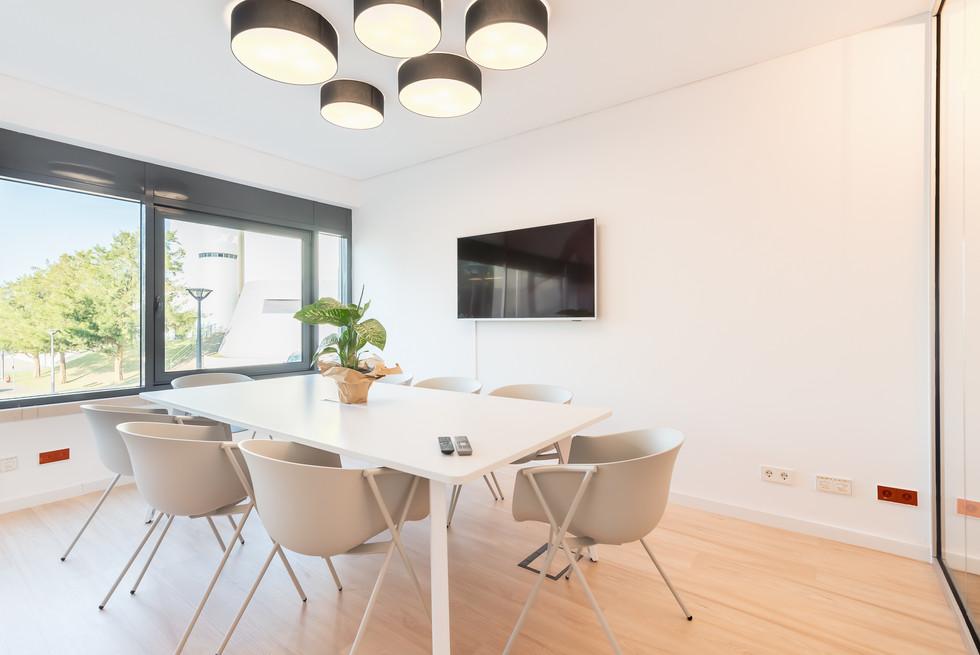 Decoração e mobiliário de sala de reuniões