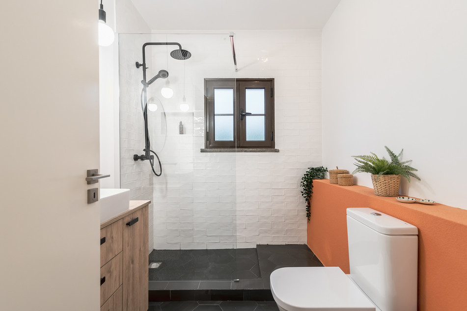 Reabilitação total de casa-de-banho com duche walk-in