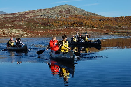 Padle i kano med familien på aktiv familieferie - sommer, høst, vinter, påske eller vår på Rondeheim - den Norske Fjellskolen på Høvringen ved foten av Rondane Nasjonalpark