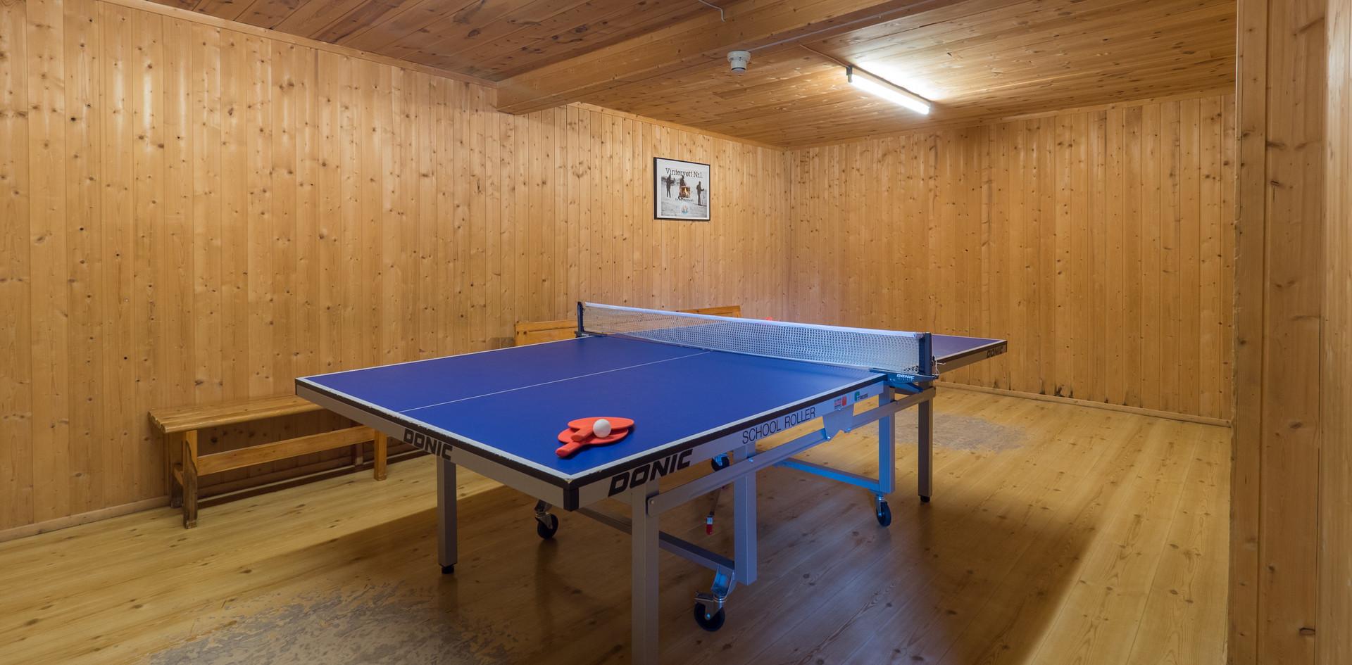 Ping-pong bord i kjelleren.