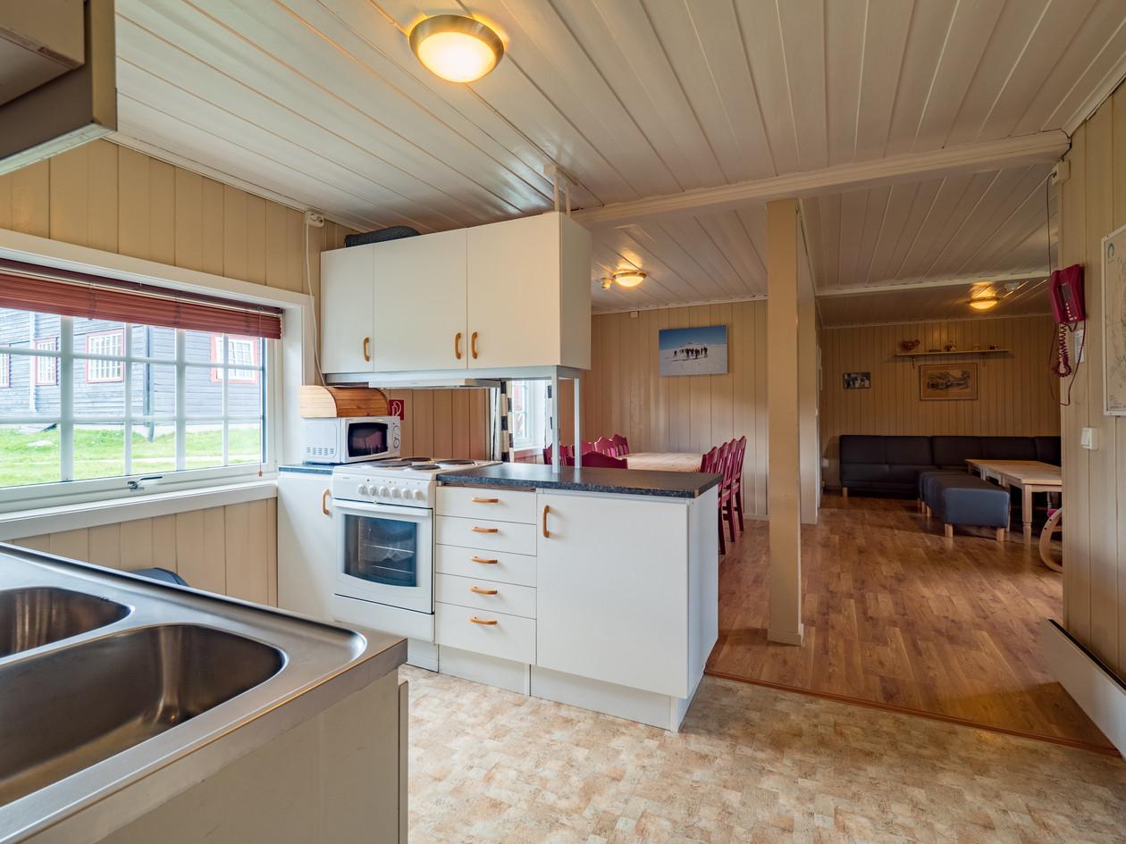 Åpen stue/kjøkken løsning. God plass rundt matbordet, sofaen er et hyggelig samlingspunkt.