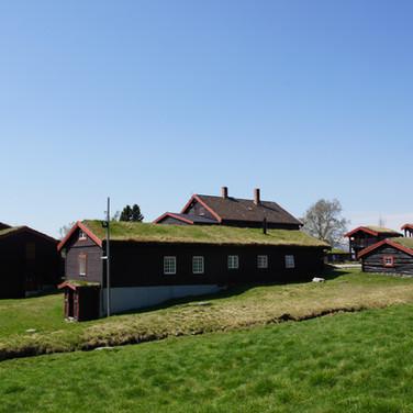 Fjøset i front, til høyre Tussebo, bak ser vi Sæterheim.