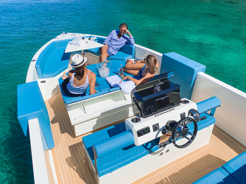 De Antonio Yachts_D28 Deck_16.jpg