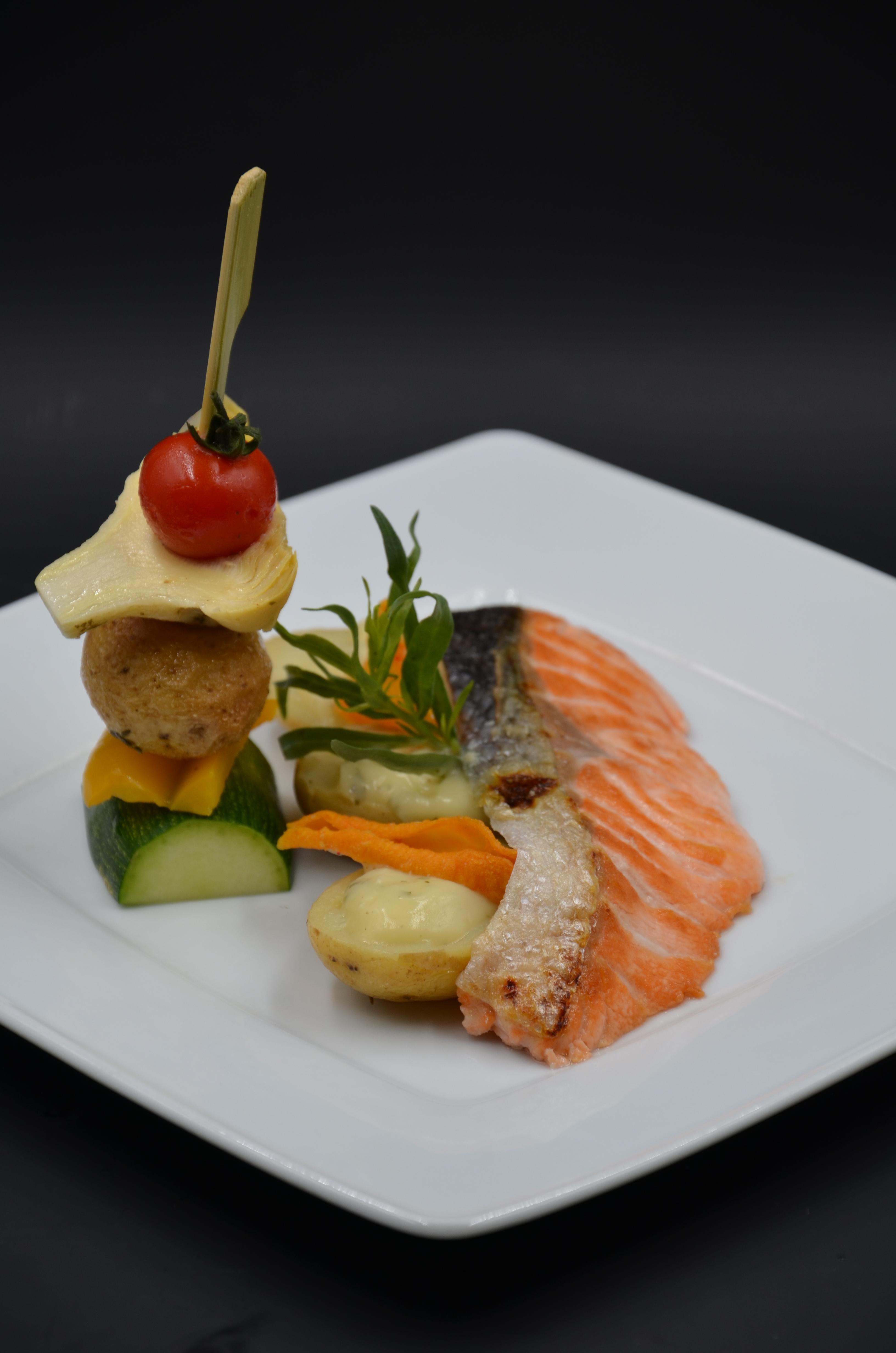 saumon cuisiné à l'unilatéral pomme de terre grenaille béarnaise à l'estragon