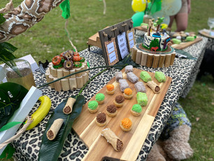 Jungle grazing table for dogs