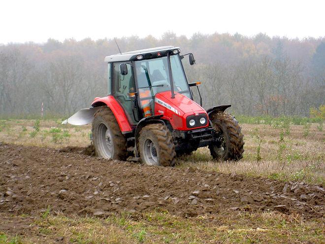 traktor som ploejer.jpg