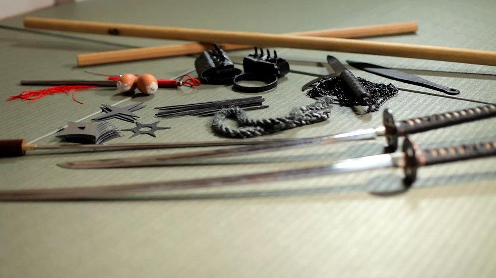 Photographie de différentes armes utilisées dans le Bujinkan, telles que des katana, wakizashi, kunai, shuriken et kusarigama.