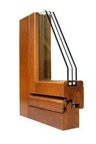 particolare di infisso in legno con doppi vetri