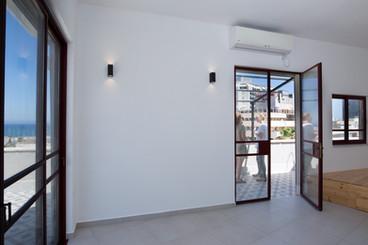 """דירת גג - מרכז תל אביב   שטח: 47 מ""""ר + 50 מ״ר מרפסת   תכנון ועיצוב פנים"""