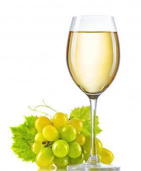 verre-vin-blanc-grappe-raisin-mur-isole_