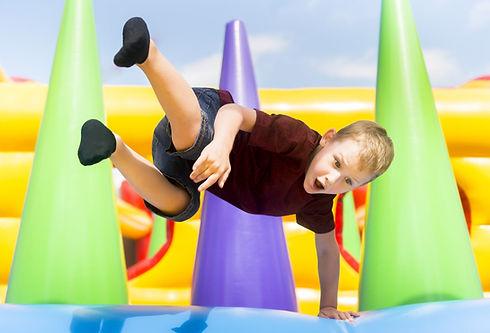 Hüpfburg Junge springt.jpg