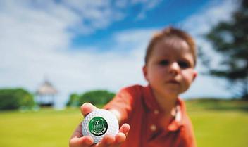 dreng_med_golfbold_åg.PNG