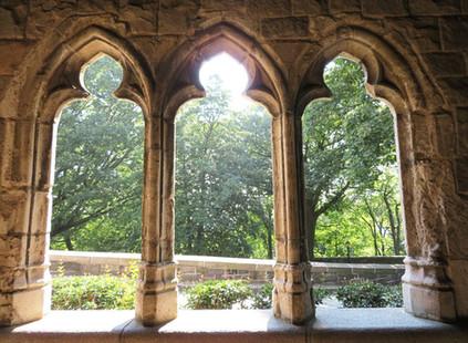 Una ventana medieval y un bosque en Nueva York