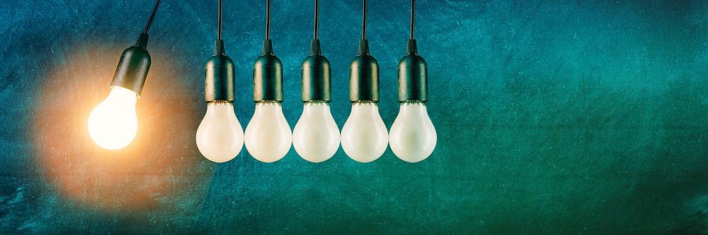 """Der Artikel heißt: """"Change: Jetzt geht's ans Eingemachte!"""". Das Bild zeigt eine leuchtende Glühbirne, die Impulsgeber ist für fünf dunkle Glühbirnen."""