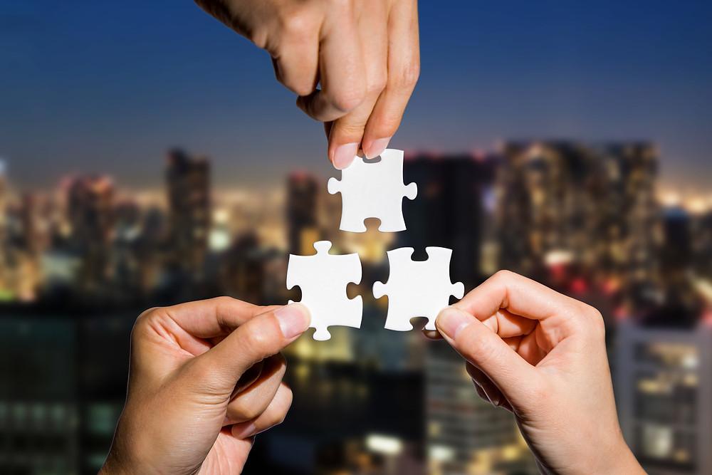 """Der Beitrag heißt: """"Betriebskatalyse lernen heißt Lernen lernen"""". Das Bild zeigt drei Hände vor einer Skyline, die jeweils ein Puzzleteil halten."""""""