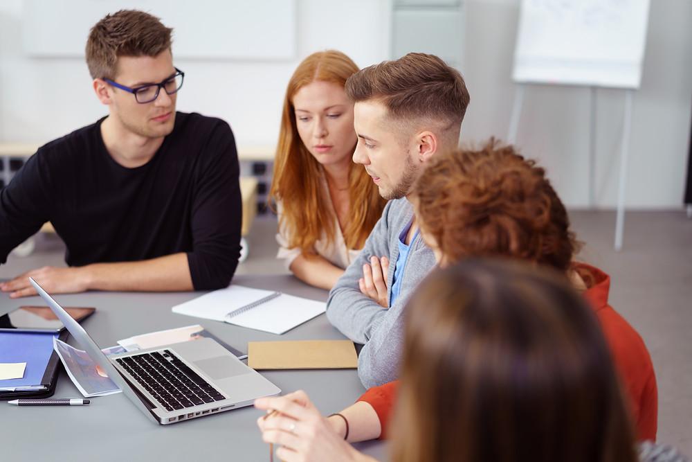 Der Artikel heißt: Wichtige Entscheidungen sind für alle da. Das Bild zeigt fünf junge Menschen die vor einem Laptop arbeiten.