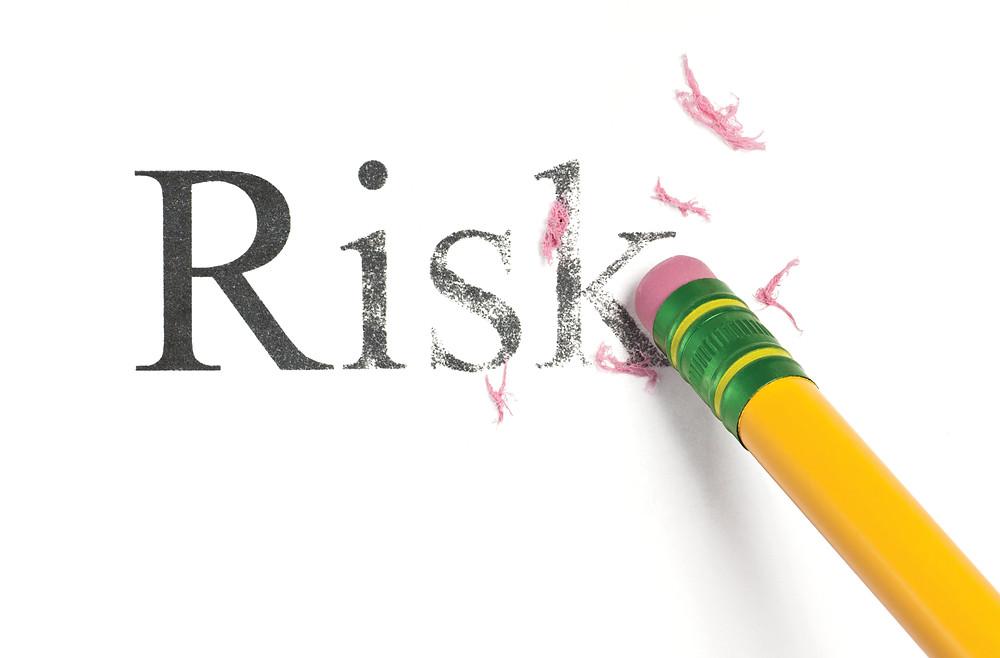 Der Artikel heißt: Firma gefährdet? Eigenverantwortung im Unternehmen. Das Bild zeigt das Radiergummi-Ende eines Bleistift, mit dem der Schriftzug Risk ausradiert wird
