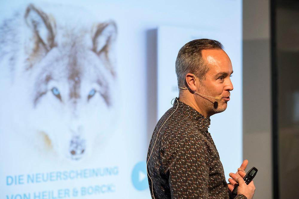 Das Bild zeigt Stephan beim Vortrag in Berlin