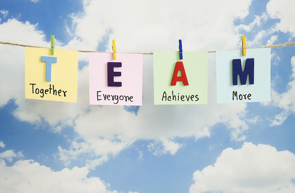 Der Artikel heißt: Kein Invest in die Führungsriege, dafür in die Zukunft. Das Bild zeigt Team: Together Everyone Achieves More.