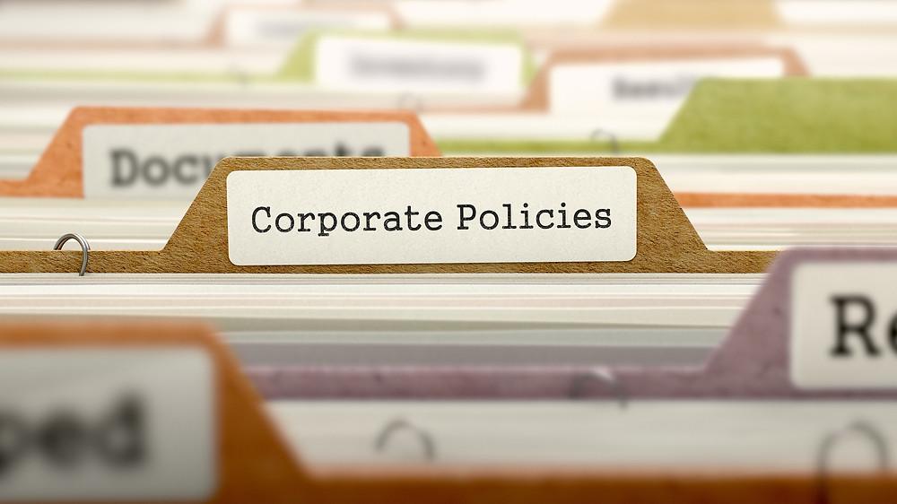 """""""Der Beitrag heißt: """"Unternehmenswerte und Unternehmenskultur: Gibt es da einen Unterschied?"""". Das Bild zeigt einen Aktenschrank und einen Aktenreiter mit der Aufschrift 'Corporate Policies'."""""""