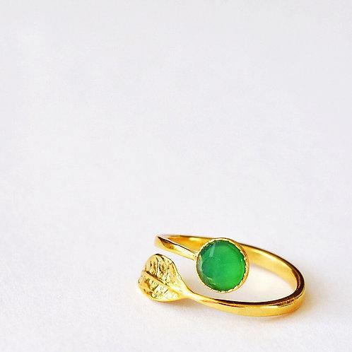 Verstelbare ring met blaadje en edelsteen in groen