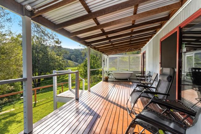 'Serenity' - spacious deck with creek views