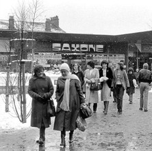 Everybody had to wrap up against the cold. Clyde Shopping Centre.  -  2nd February 1980