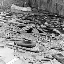 The rubbish has nowhere to go once it came to the lock gates. - 8th March 1980 Dalmuir
