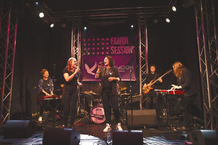 Fotos von Marianne Wenger, sister moon, musik, band, bern, schweiz, pop, soul, singer songwriter, keyboardlastig, gesanglich und optisch gut, frauenband, frauenlastige Band