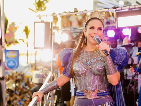Vestida de rainha, Ivete Sangalo abre seu Carnaval em Salvador