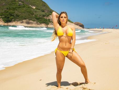"""Atriz das pegadinhas, Karolina Santos comemora um ano na RedeTV e comenta: """"sem medo de rótulos"""