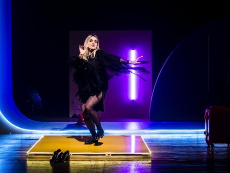 """Monique Alfradique brilha no seu retorno aos palcos com o monólogo """"Como ter uma vida quase normal&q"""