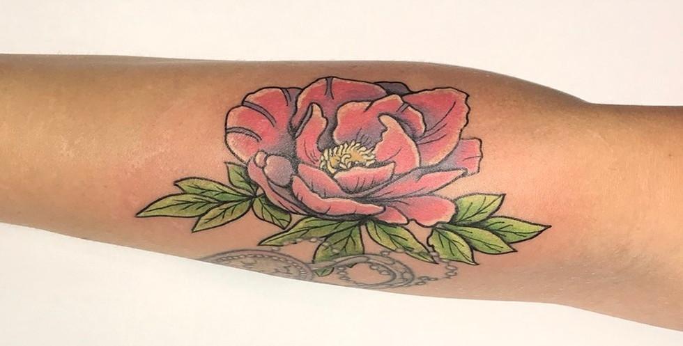 tatoeage pioenroos in kleur op arm